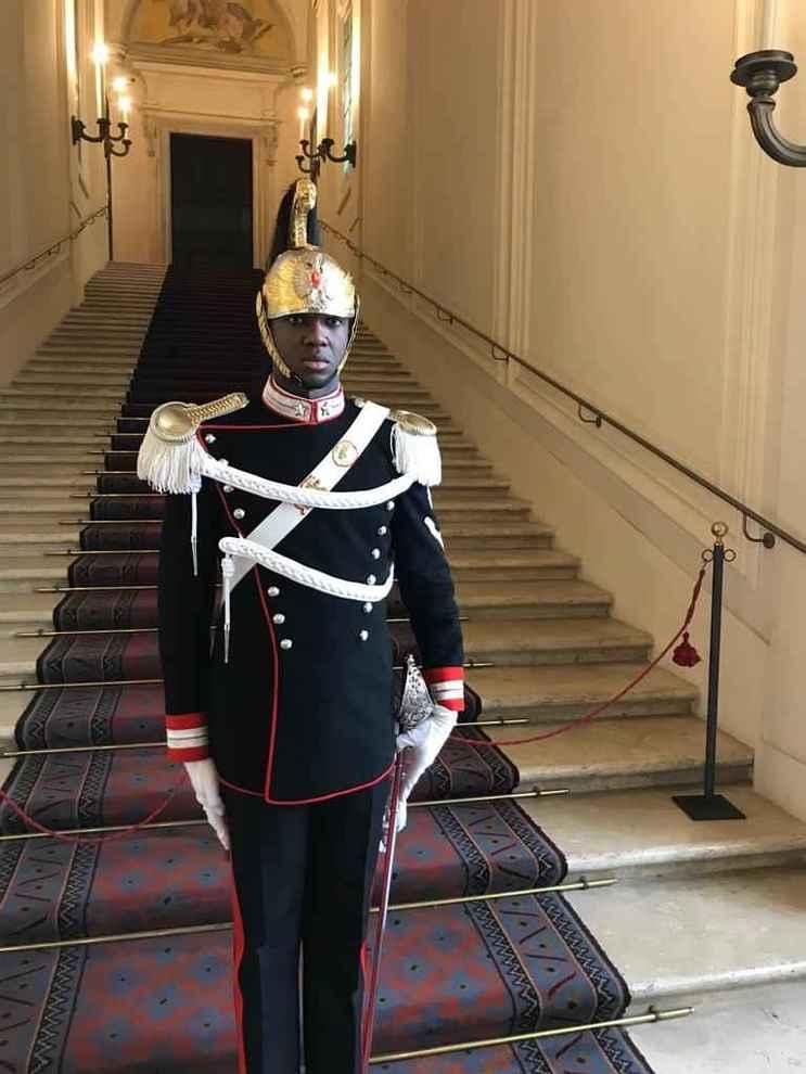 Mostra non raccontare: incaricando questo corazziere il Presidente Mattarella tratta il tema della tolleranza e dell'inclusione